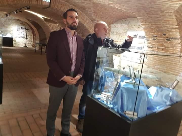 """Principele Nicolae a vizitat expozitia """"AVIOANE ŞI AVIATORI ÎN NORD-ESTUL TRANSILVANIEI"""" Bistrița"""